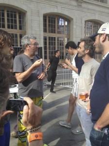 Philippe Starck essaie d'expliquer la notion de prix de revient à Sylvain ingénieur qui a géré plusieurs usines dans sa carrière
